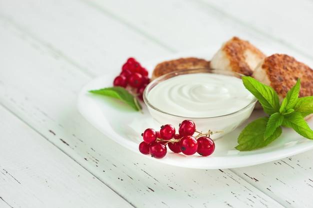 Свежий домашний сыр блин. вкусный здоровый завтрак. низкокалорийный десерт.