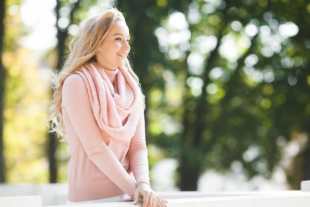 Стильная городская женщина. женский портрет на открытом воздухе. весна, осень, осень. красивая женщина на открытом воздухе.