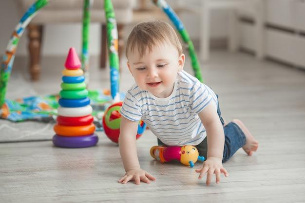 Милый маленький ребенок, играющий в помещении. милый младенец
