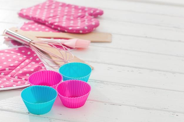 Посуда плоская. вид сверху кухонных приборов. хлебобулочные изделия.