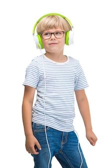 Изолированные на белом милый ребенок, слушая музыку на наушники. мальчик на белом фоне с наушниками.