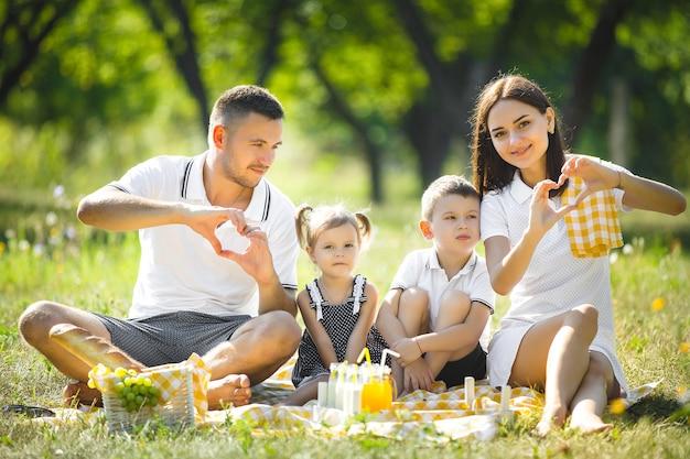 ピクニックに幸せな家族