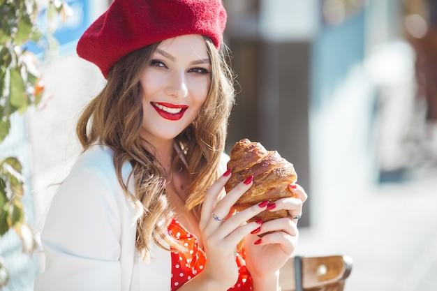 赤いベレー帽を着ている若い美しい女性のポートレート、クローズアップ。