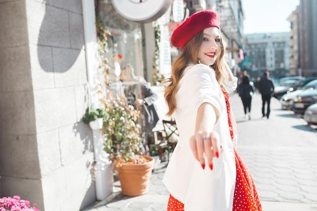Очень привлекательная молодая женщина на улице весело. красавица в городе. стильная девушка идет по улице.