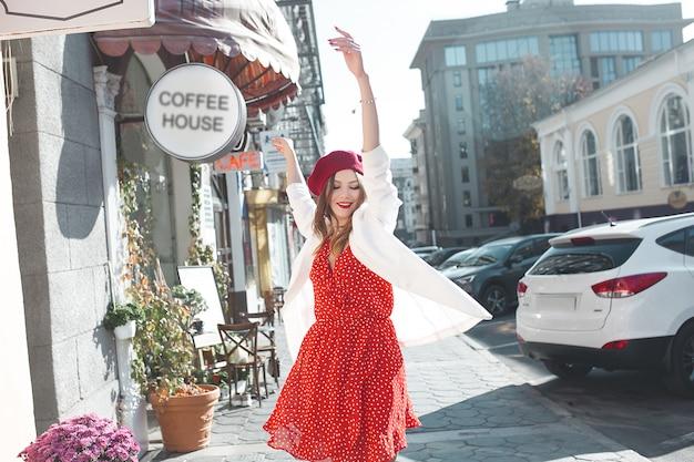 屋外楽しんで非常に魅力的な若い女性。都市のきれいな女性。スタイリッシュな女の子が通りを歩きます。