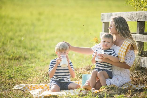美しい母親と息子のピクニック