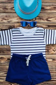 海の背景。木製の背景に子供のもの。まだ子供服のフラット。