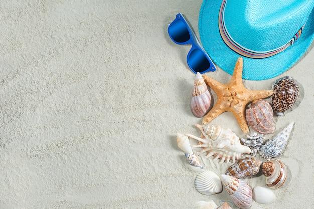 海の背景。貝殻はまだ白い砂と子供服がついたままです