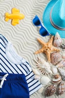 海の背景。木製の背景に海の貝。夏