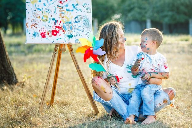若い母親が子供たちと絵