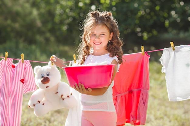 かわいい小さな女の子ランドリー