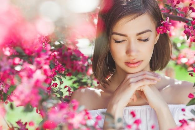 Крупным планом портрет молодой красивой женщины с идеальной гладкой кожей. привлекательная дама в цветах. лицевой портрет красивой девушки.