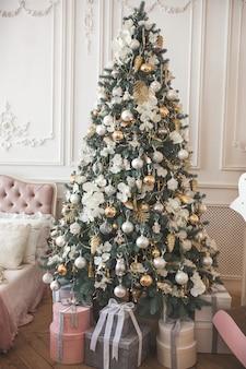 Рождественская елка с подарками. рождественский фон. праздничное украшение