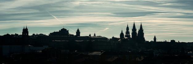 サンティアゴデコンポステーラの広いパノラマビュー。コンポステーラ旧市街のシルエットのスカイライン