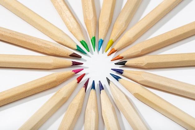 Цветные карандаши расположены по кругу. обратно в школу. вид сверху