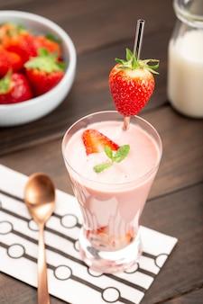 ガラスの健康的なイチゴのスムージー