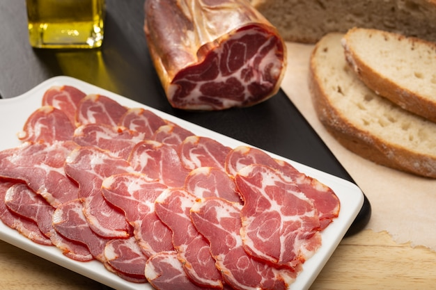 セラミックまな板の上のロース肉のスライス
