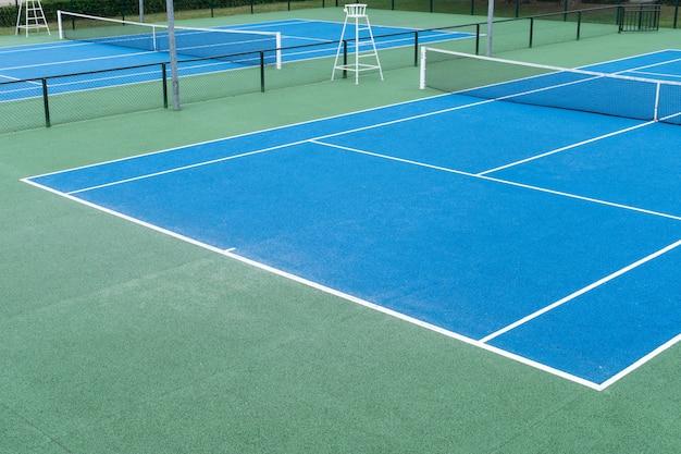 屋外の青いテニスコート