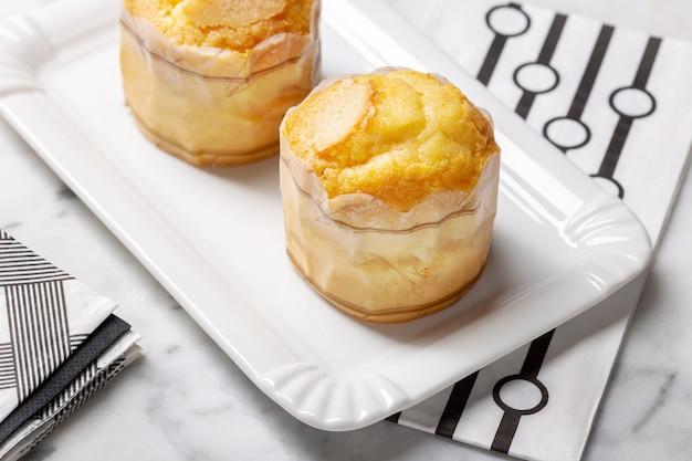 Рисовый кекс торт на подносе. традиционная выпечка из португалии под названием боло де ароз