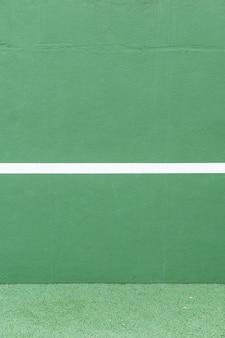 スポーツの背景。緑の壁と白い線