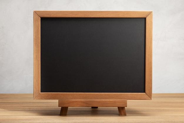 テーブルの上の空白の学校の黒板。