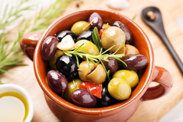 Маринованные оливки в миске