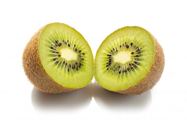Свежий плодоовощ кивиа изолированный на белизне. киви актинидия