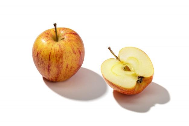 Свежее красное яблоко на белом фоне