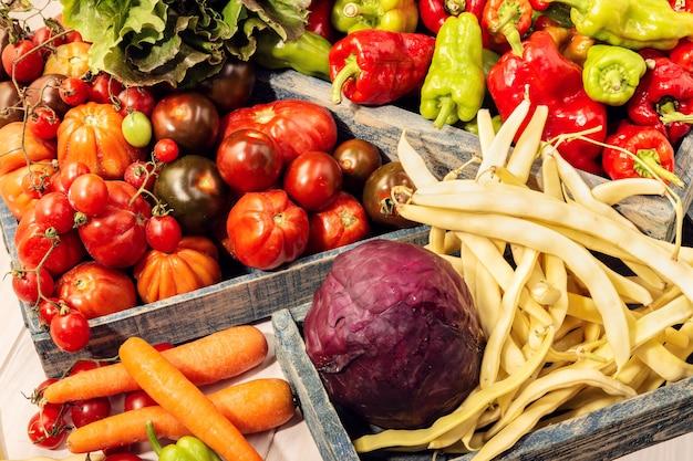 テーブルに新鮮な野菜のグループ