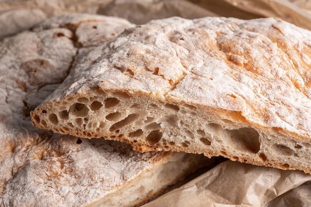 焼きたての伝統的なパン