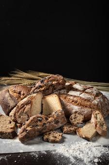 伝統的な焼きたてのパンの品揃え