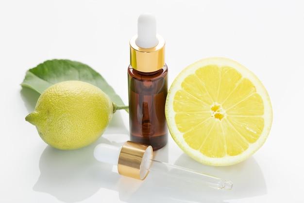 白い背景に分離されたレモンエッセンシャルオイル。かんきつ油