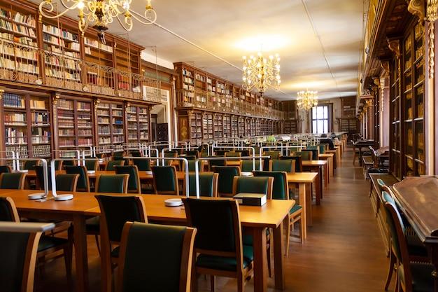 地理と歴史学部の古い大学図書館。