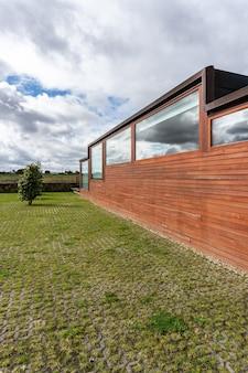 木製のクラッディングを備えたモダンな建物