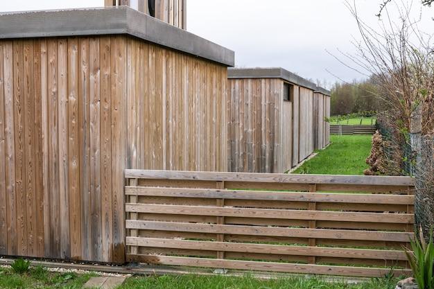 木製のクラッディングを備えたモダンな家