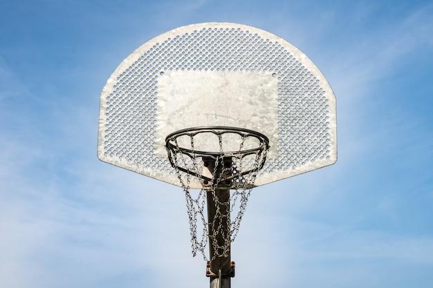 金属製のバスケットボールボードとフープ