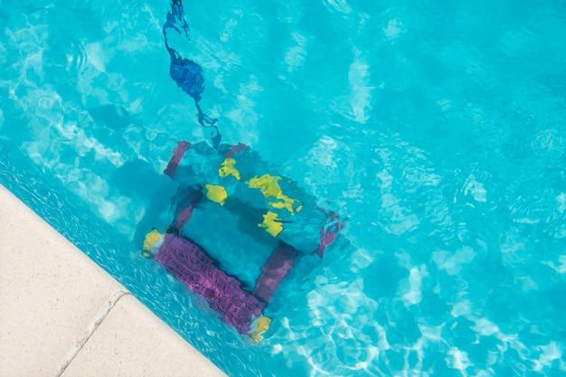 プールの底を掃除する掃除ロボット