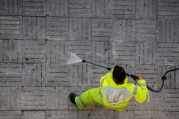 Работник убирает улицу