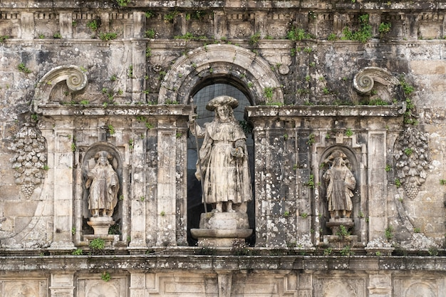 使徒サンティアゴと彼の弟子たちの彫刻