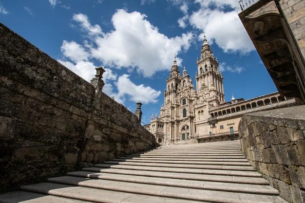 サンティアゴデコンポステーラ大聖堂。低角度のビュー