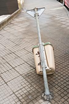 Мусорное ведро, выброшенное на тротуар