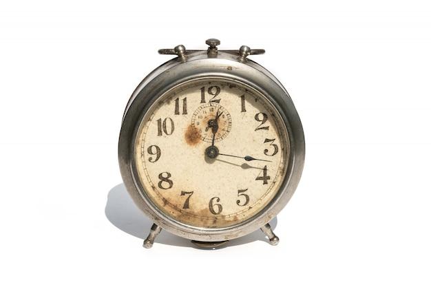白で隔離される古い目覚まし時計