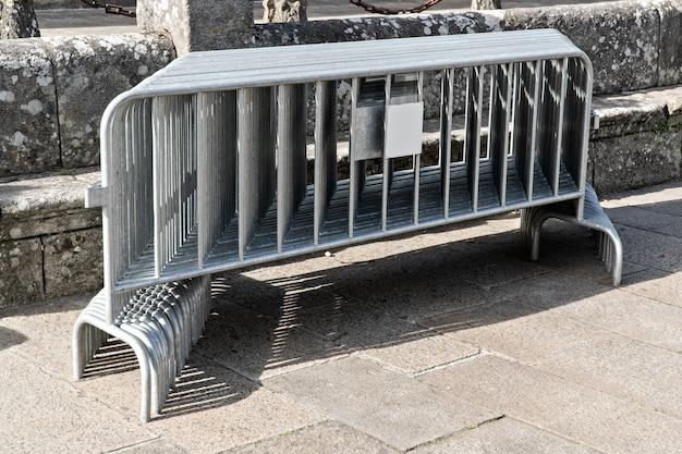 積み上げられた多くの可動金属フェンス