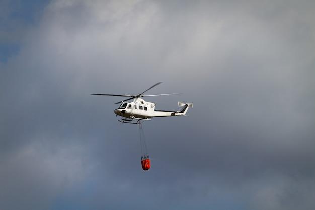 バンビバスケットと消防ヘリコプター