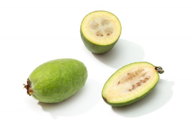 フェイジョアの果実が分離されました。アッカ・セロウィアナ