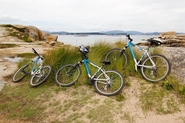 Три велосипеда на пляже с береговой линией атлантического океана. концепция семейного досуга