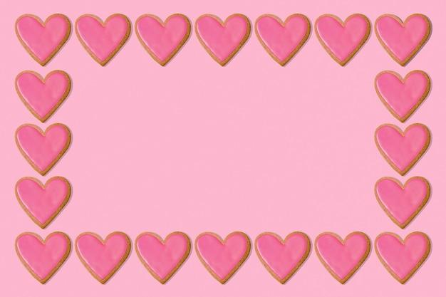 バレンタインフレームの背景。ピンクのハートクッキー。コンセプトが大好きです。コピースペース