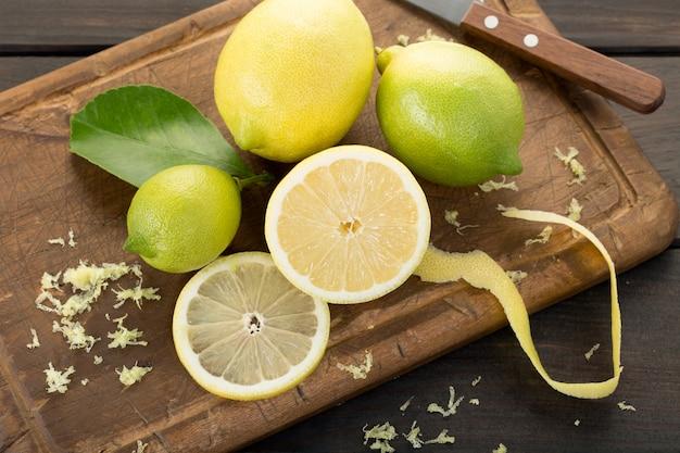 Свежие лимоны на разделочной доске
