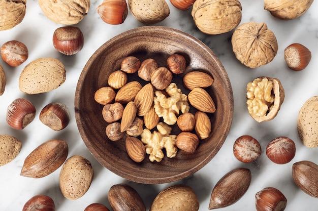 Орехи, смешанные в деревянной тарелке