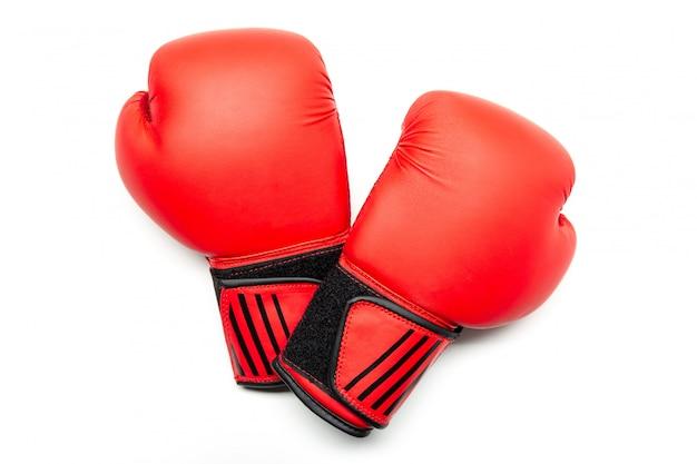 分離された赤いボクシンググローブのペア。